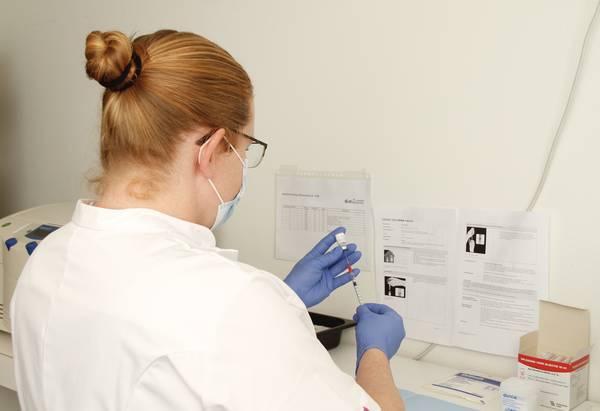 Apothekersassistenten Antonius halen zes vaccinaties per dosis uit de aangeleverde vaccinatieampullen