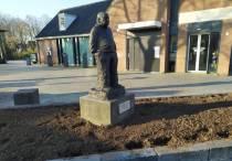Bronzen beeld van Koudumer timmerman Sybren de Jong staat weer op zijn plek