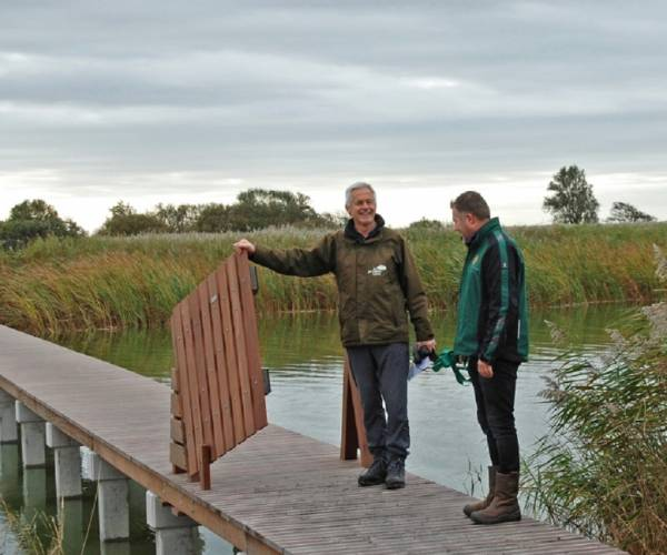 Vernieuwde wandelbrug Makkumersúdwaard geopend