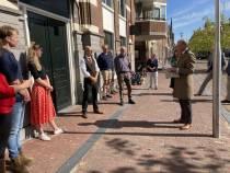 CdK Arno Brok neemt eerste jutezak van De Kraak van de Kluis in ontvangst