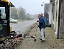Buren zorgen samen voor een bladvrije stoep