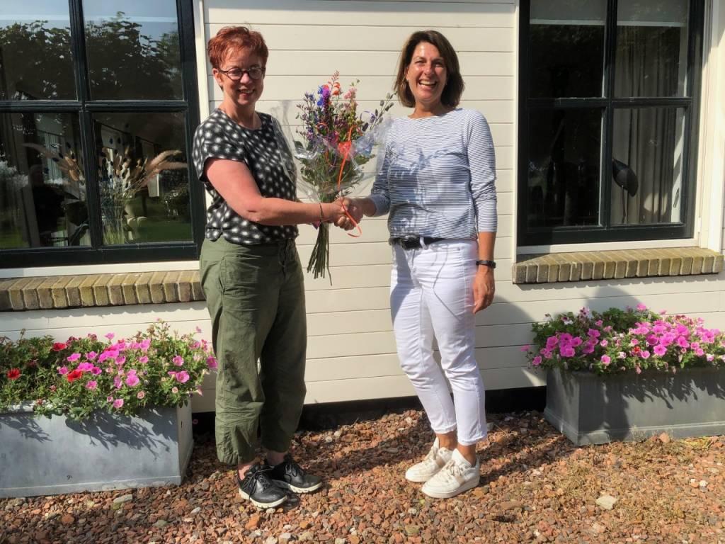 Regiospin Sietie Hoekstra van VVV Waterland van Friesland heet Nancy Albers van Het Vijfde Seizoen uit Bantega welkom als 800e lid