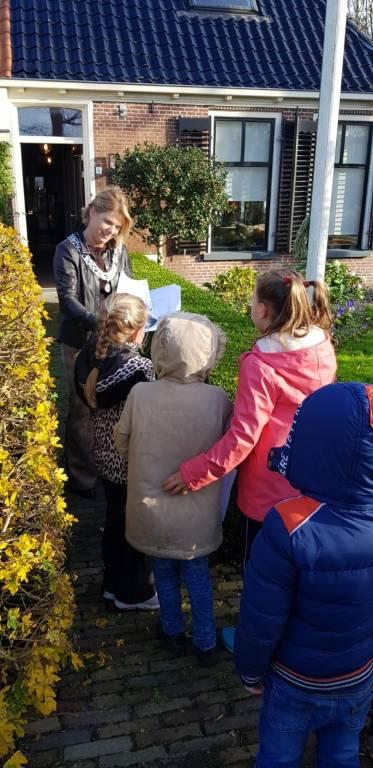 Burgemeester de Vries neemt tekeningen voor Sinterklaas in ontvangst