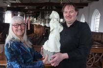 Kunstenares schenkt beeld Anna Maria van Schurman aan kerk Wiuwert