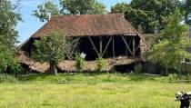 Onderste deel dak van zijkant kop-hals-romp boerderij Lippenwâlde ingestort