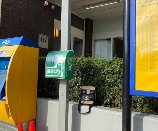 Elke treinstation minimaal 1 AED
