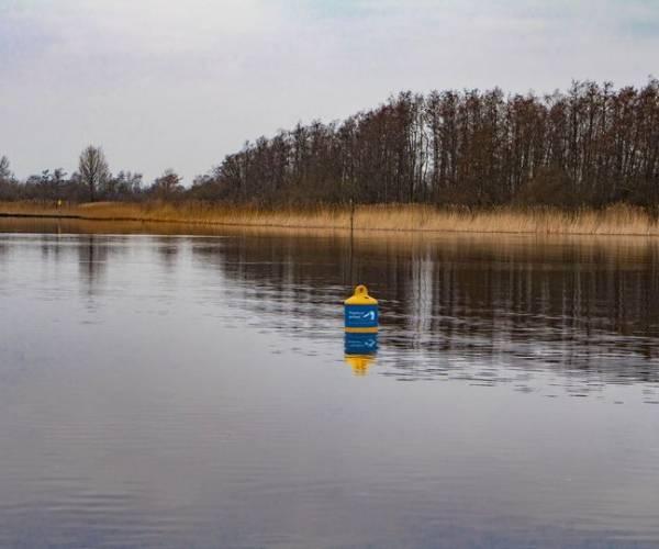 Gele boeien met eenden sticker: Let op, vogelrustgebied!