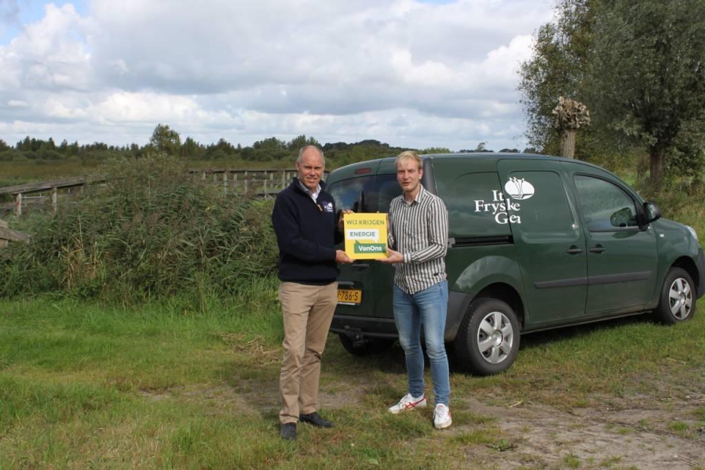 Johan de Boer (Hoofdbeheer It Fryske Gea) ontvangt Energie VanOns bordje voor op de bedrijfsgebouwen van It Fryske Gea uit handen van Jan Koster (accountmanager Energie VanOns).