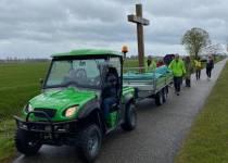 Christenen lopen met kruis van Sneek naar Bolsward tijdens Dorpentocht 316