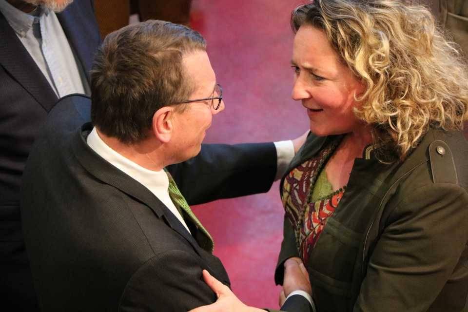 De beide hoofdrolspeler, Maarten Offinga en Stella van Gent. Hier tijdens het afscheid van Van Gent.