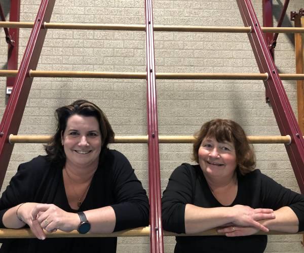 """Nynke van der Wal en Britta Heins van gymnastiekvereniging Parrega: """"Onze vereniging draait top, alleen het materiaal is een probleem"""""""